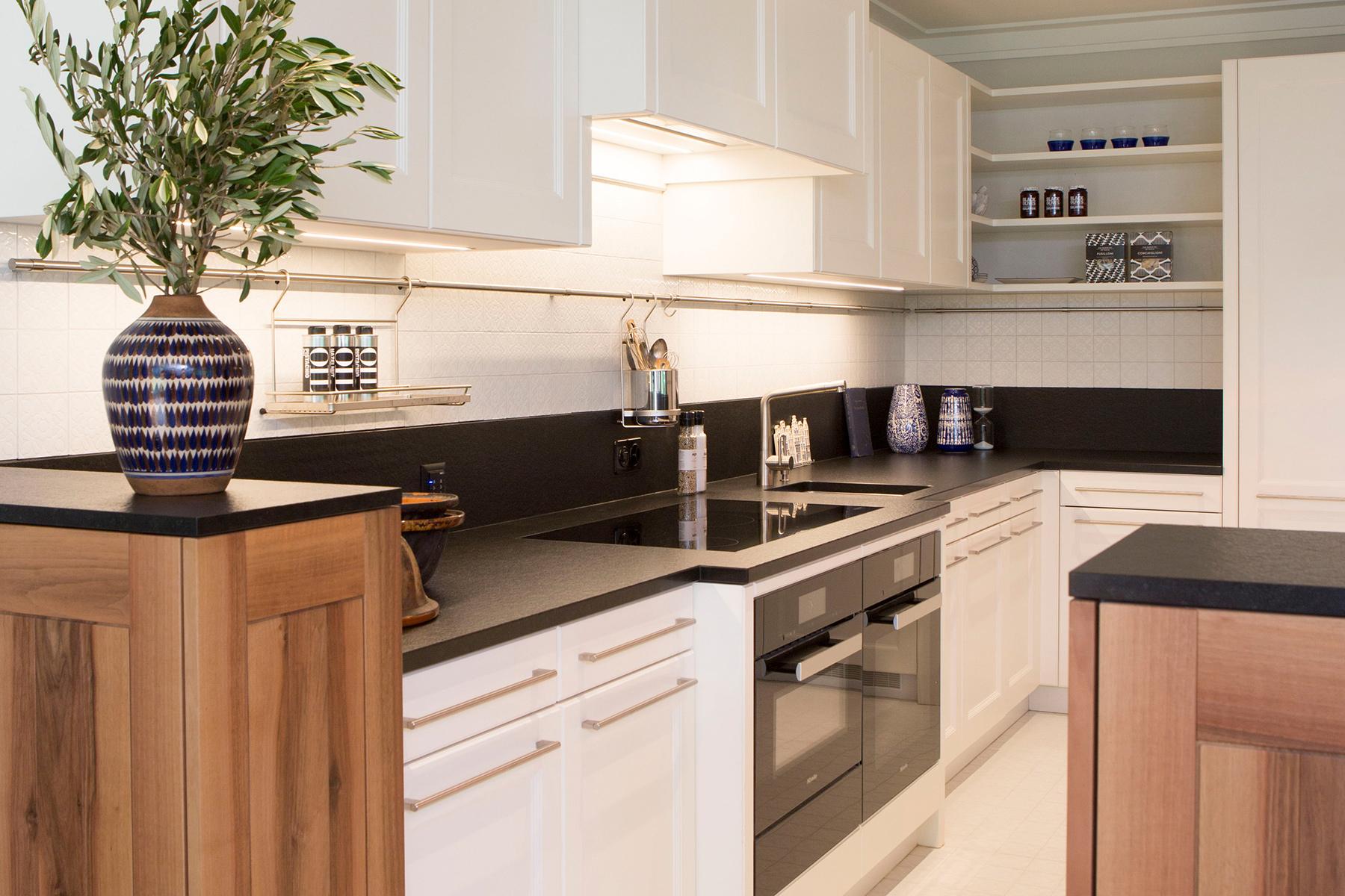 Klassische Landhausküche, modern interpretiert. Kubus besteht aus Elementen in Nussbaumholz.